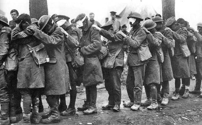 Soldați britanici orbiți de gazele de luptă în bătălia de la Estaires din 1918